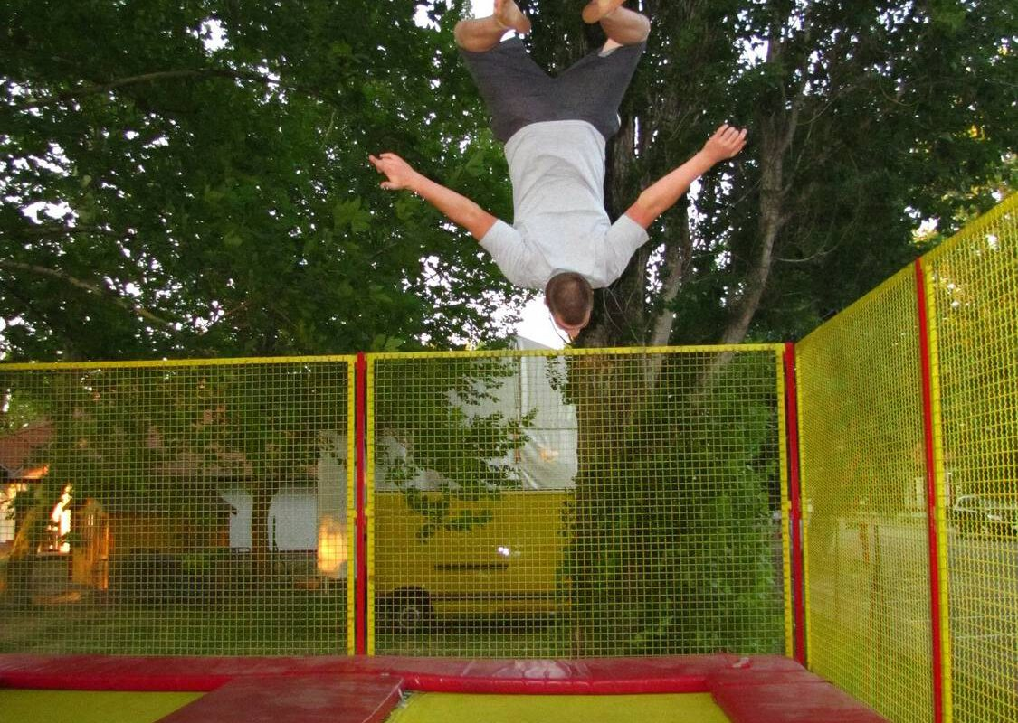 Jak założyć siatkę do trampoliny?